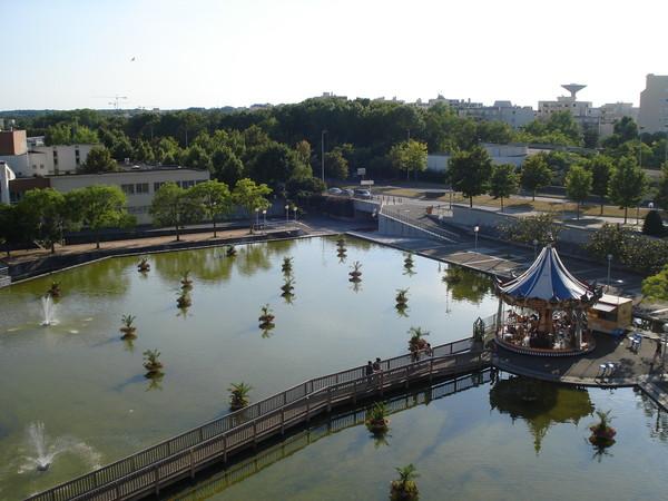 Вид Парижа из окна отеля Компаниль